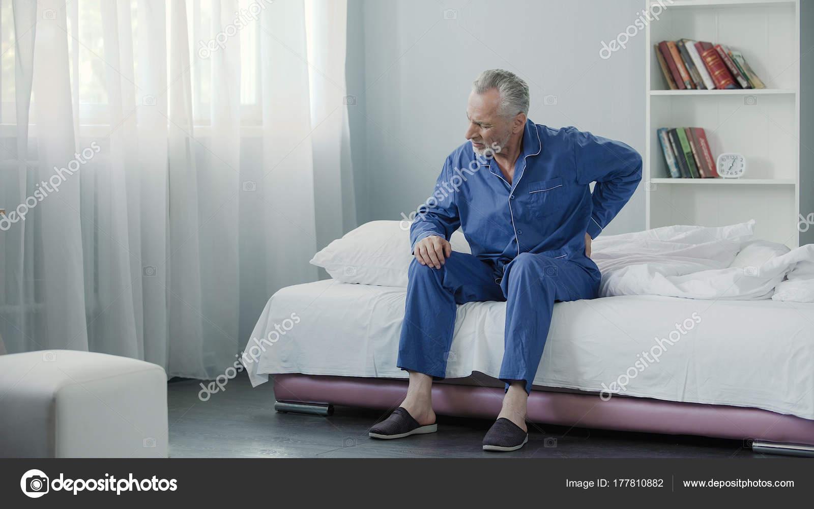 Senioren männlich leiden scharfe Schmerzen im Rücken, kranke Person ...