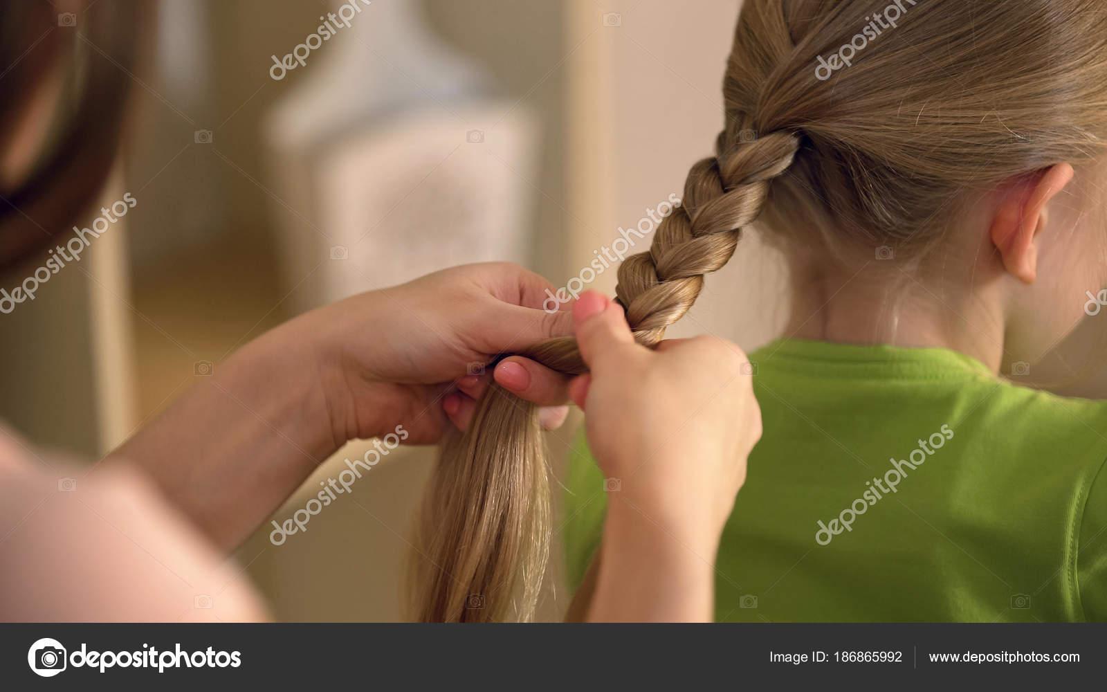 Frau Vom Friseur Flechten Kleine Mädchen Pediculose Haare