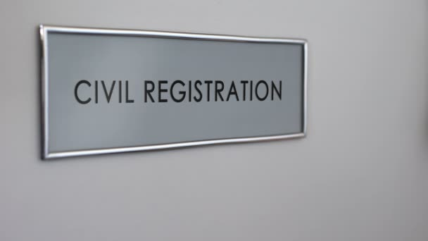 Ufficio Di Registro : Porta dellufficio di stato civile mano bussare closeup servizio