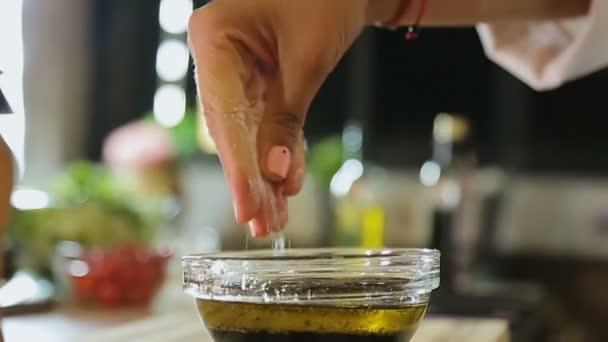 Mani femminili aggiungendo sale olio d\'oliva e pepe, pranzo in ...