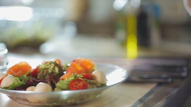 Cucina signora decorazione Mediterraneo piatto salmone pezzi sulla ...