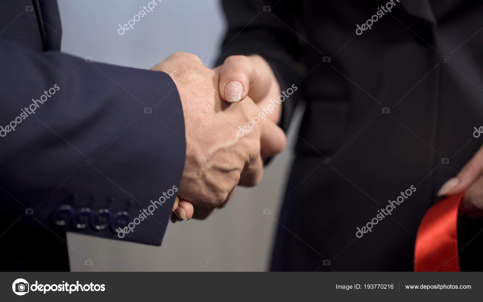 Cadre supérieur, serrant la main de la partenaire féminine après le ruban  coupé, vidéo de stock — Image de motortion ca1a26dd450