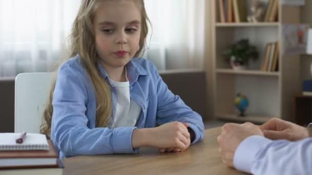 Vader Van Afnamequotering Dochter Te Maken Van Huiswerk