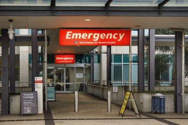 Brisbane, Avustralya - 18 Mart 2020: Royal Brisbane ve Womans Hastanesi 'nin dışındaki acil durum tabelası, Coronavirus Covid 19 humma kliniği, Brisbane Australia