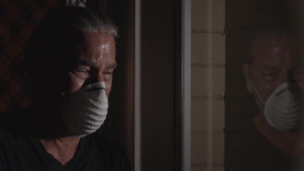 Coronavirus síró ember orvosi maszk karantén, önelkülönítés koncepció, depressziós zavarodott emberek tükröződés ablakban könnyek visel védő maszk. covid-19 mentális egészségtudatossági válság