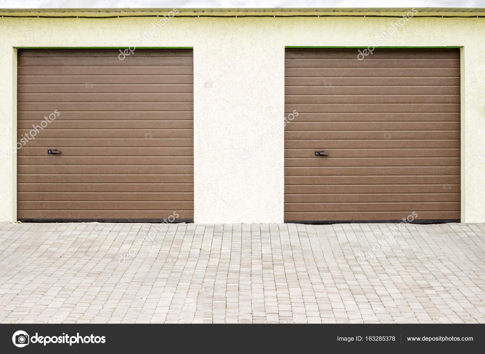 Garagentor mit tür modern  Zwei moderne Garagentore. Große automatische hinauf und über ...