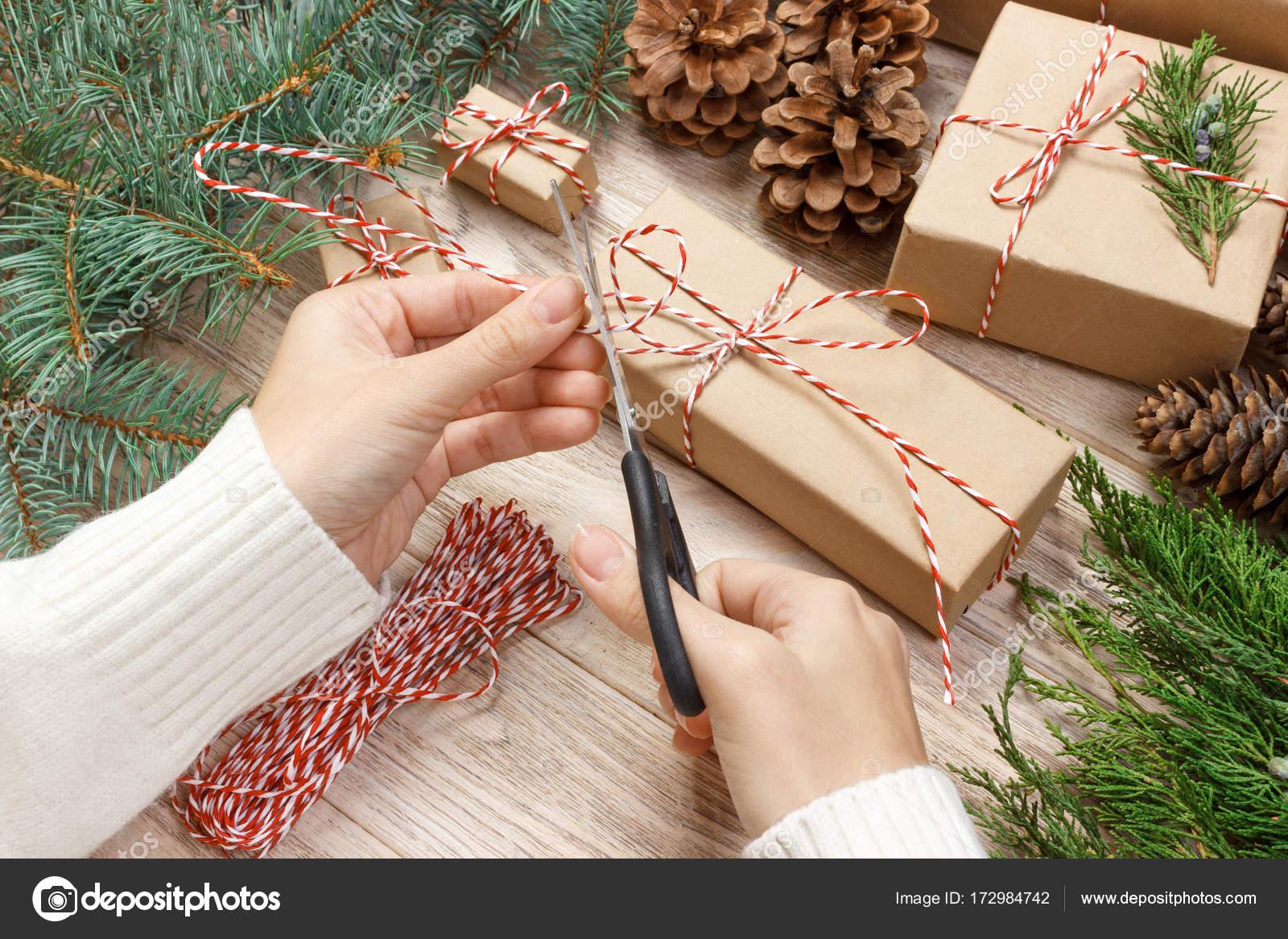 Weihnachten Geschenk Verpackung Hintergrund. Weibliche Hände ...