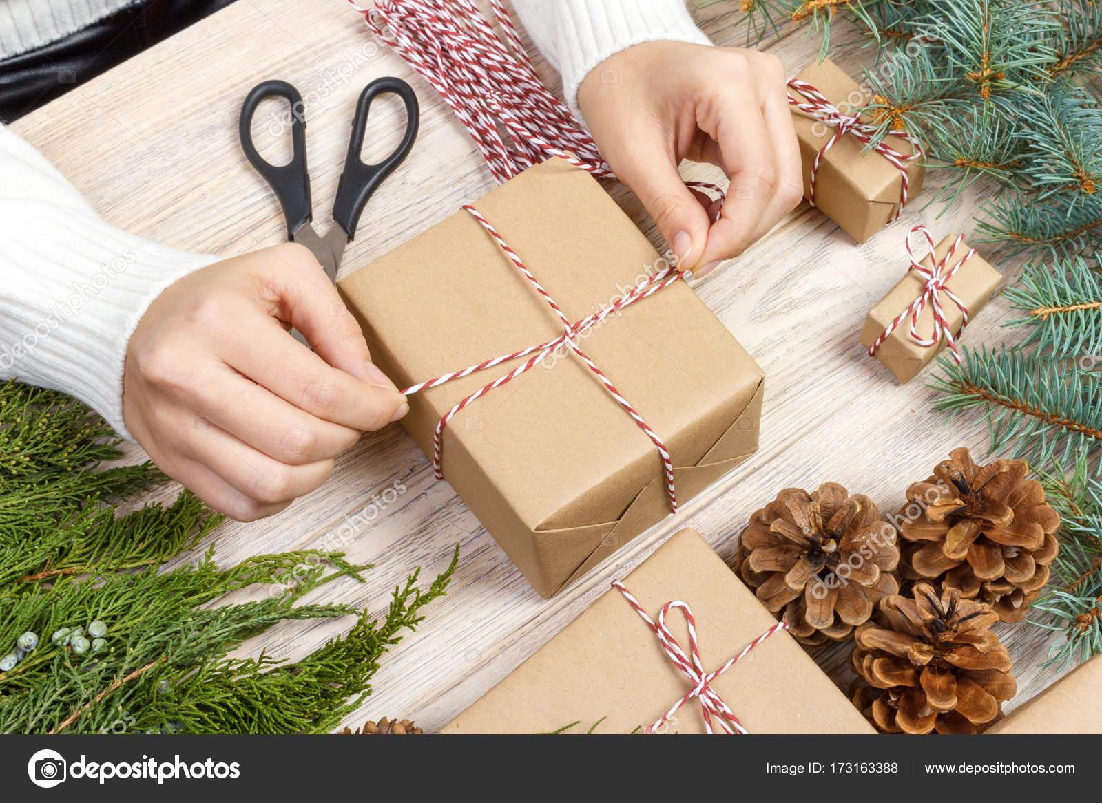 Weihnachtsgeschenke-Vorbereitung. Geschenkbox verpackt in schwarz ...