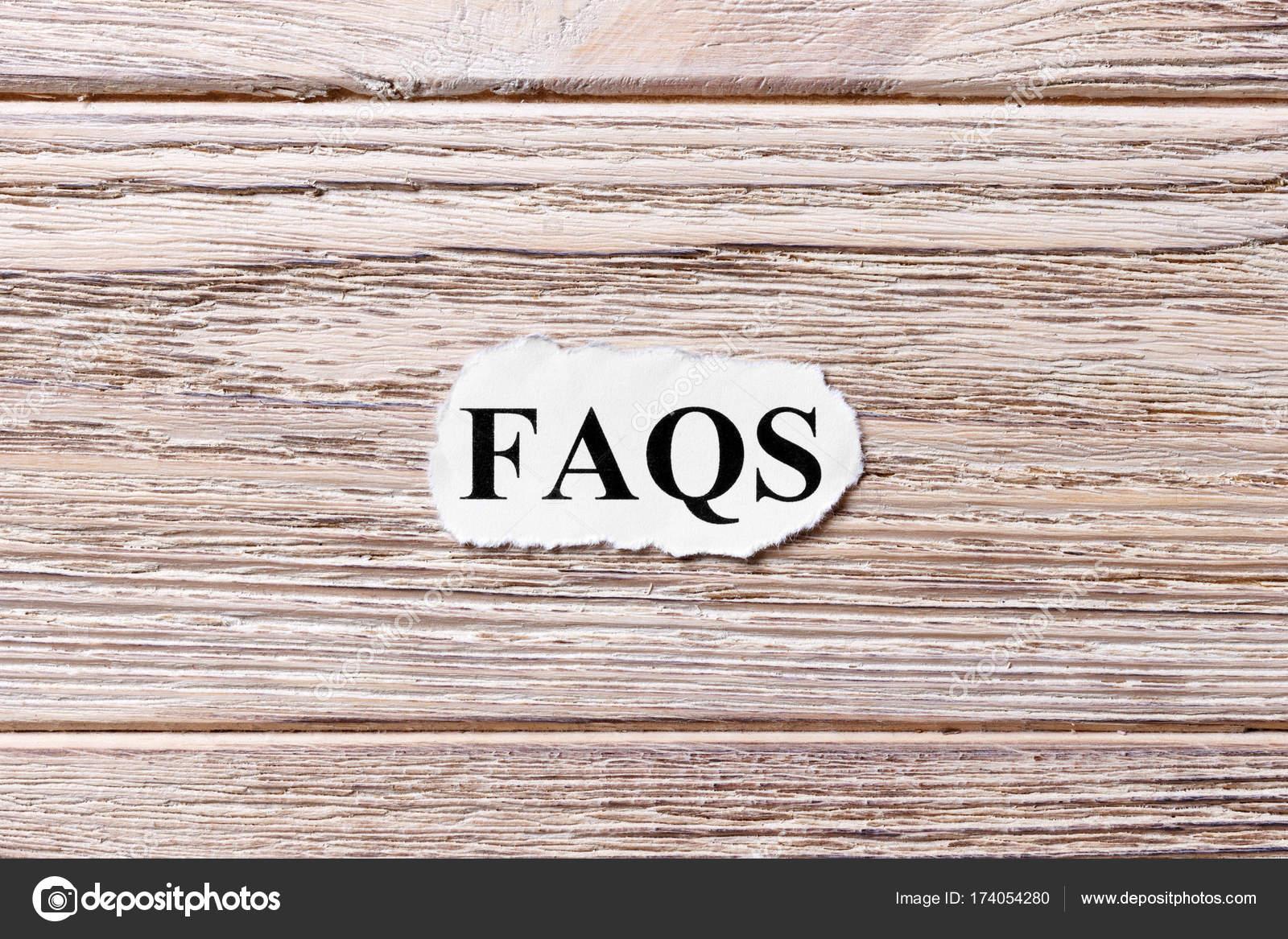 Časté otázky slova na papíře. často kladené otázky koncepce. Slova z FAQ na  dřevěné f267423365