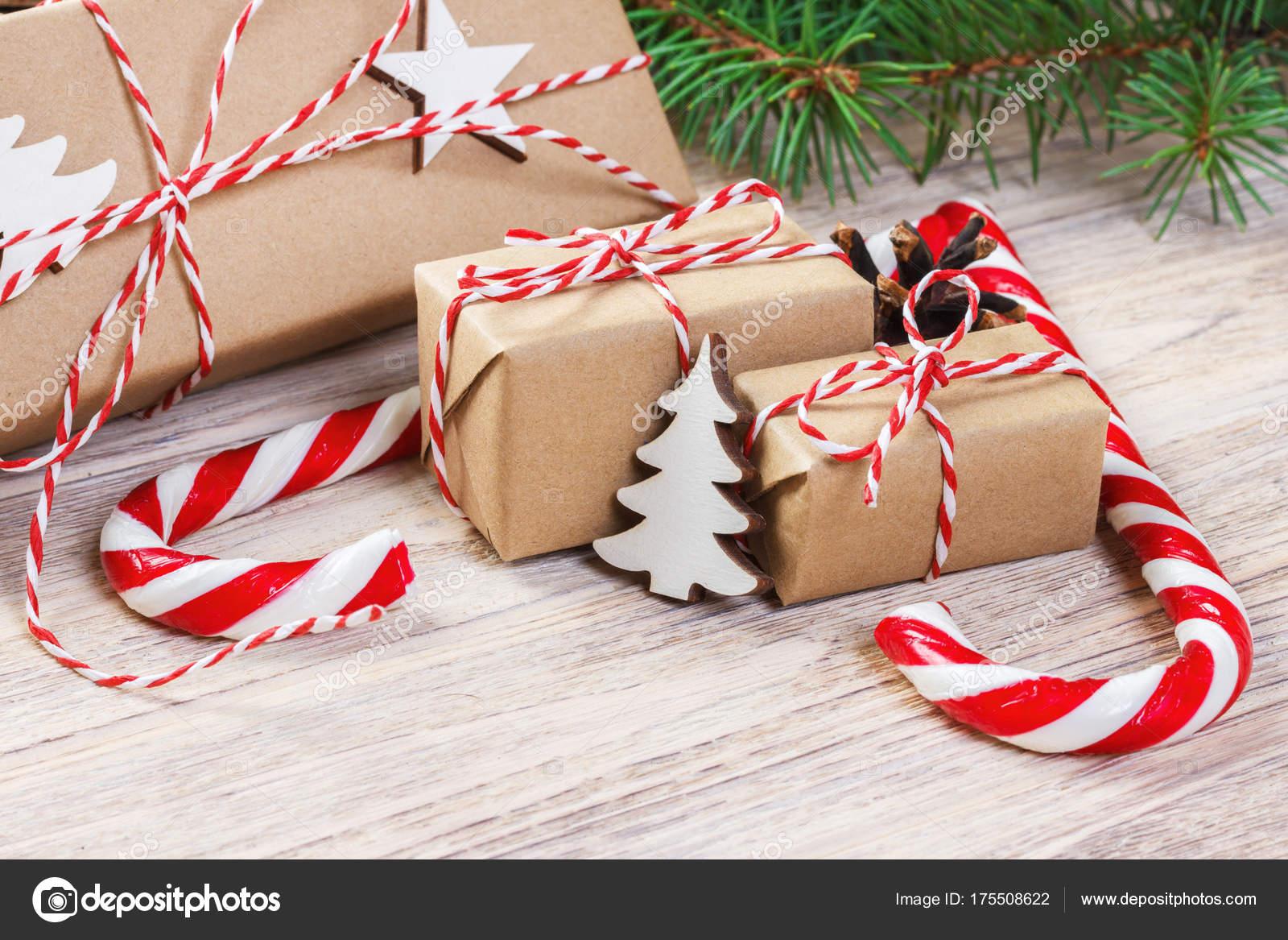 Weihnachtsgeschenke mit Tanne und dekorative Kegel. Süßigkeiten und ...