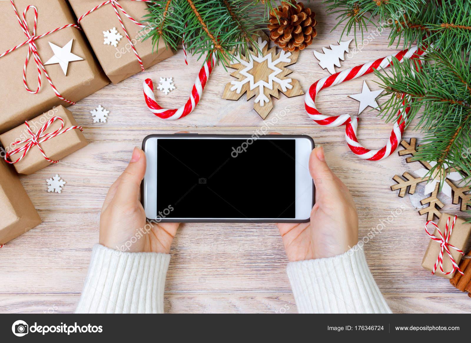 Frau mit Smartphone mit leeren Bildschirm, festliche Plunder Rahmen ...