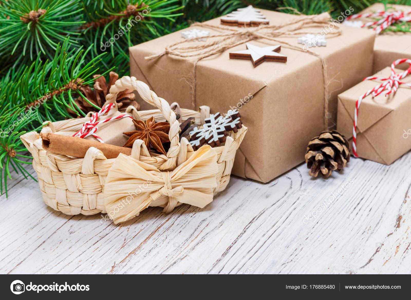 Weihnachtsgeschenke auf hölzernen Hintergrund mit Weihnachts-Korb ...