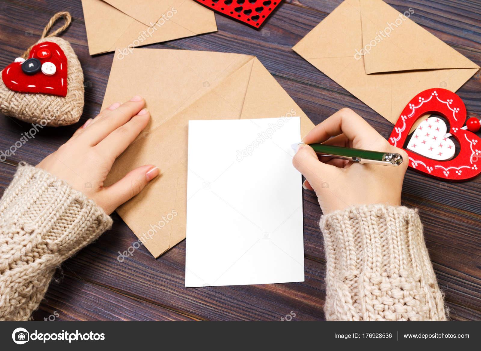 Femme écrivant Lettre Damour Ou Un Poème Romantique Pour La
