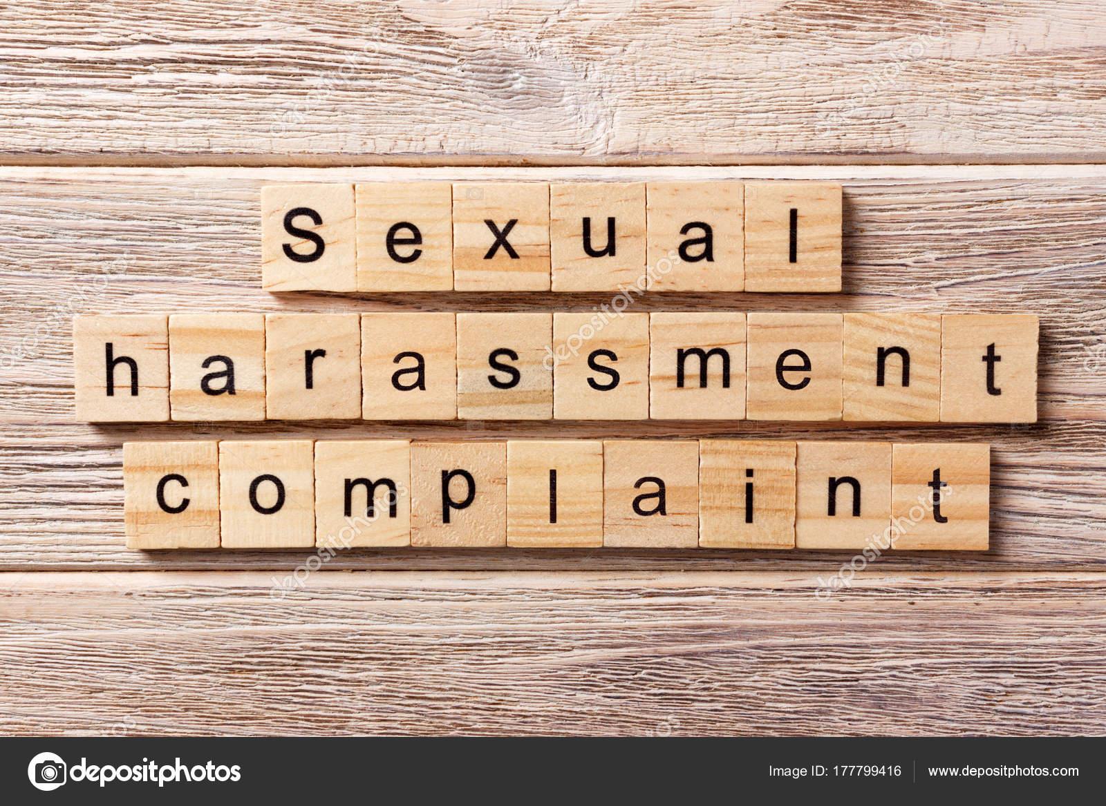 Parete Di Legno Cruciverba : Parola di denuncia di molestia sessuale scritto il blocco di legno
