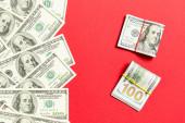 Halom száz dollár számlák színes háttér felső nézetben, üres hely a szöveges üzleti pénz koncepció.