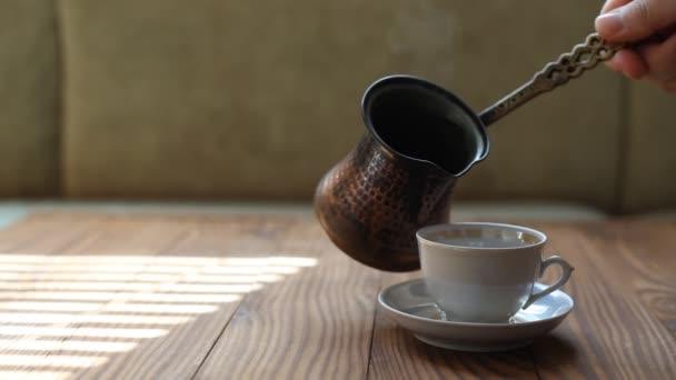Barista kávét tölt egy pohárba. Egy gőzölgő csésze török kávé. Kávészünet.