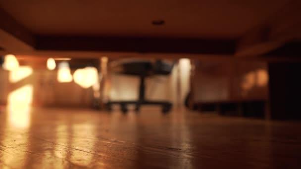 Mann sucht etwas unter dem Bett Die Hand tastet nach einem Gegenstand