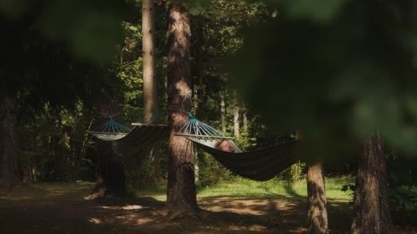 Portrét atraktivního muže relaxovat v houpací síti