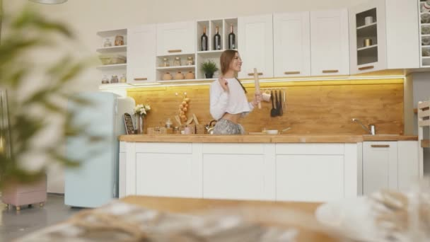 Happy Woman zpěv a tanec vaření v kuchyni