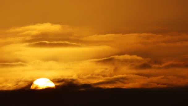 Létání nebeskou krásnou slunnou oblačnou krajinou. Úžasné načasování zlatých nadýchaných mraků, které se tiše pohybují po obloze