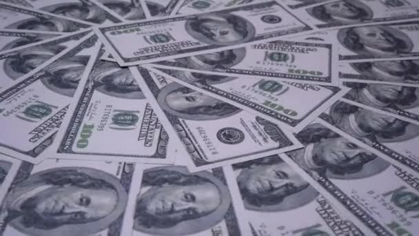 100 dolarové bankovky se plynule otáčejí