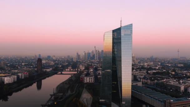 Frankfurt Ecb Skyline Aerial Shot za časného východu slunce odrážející slunce