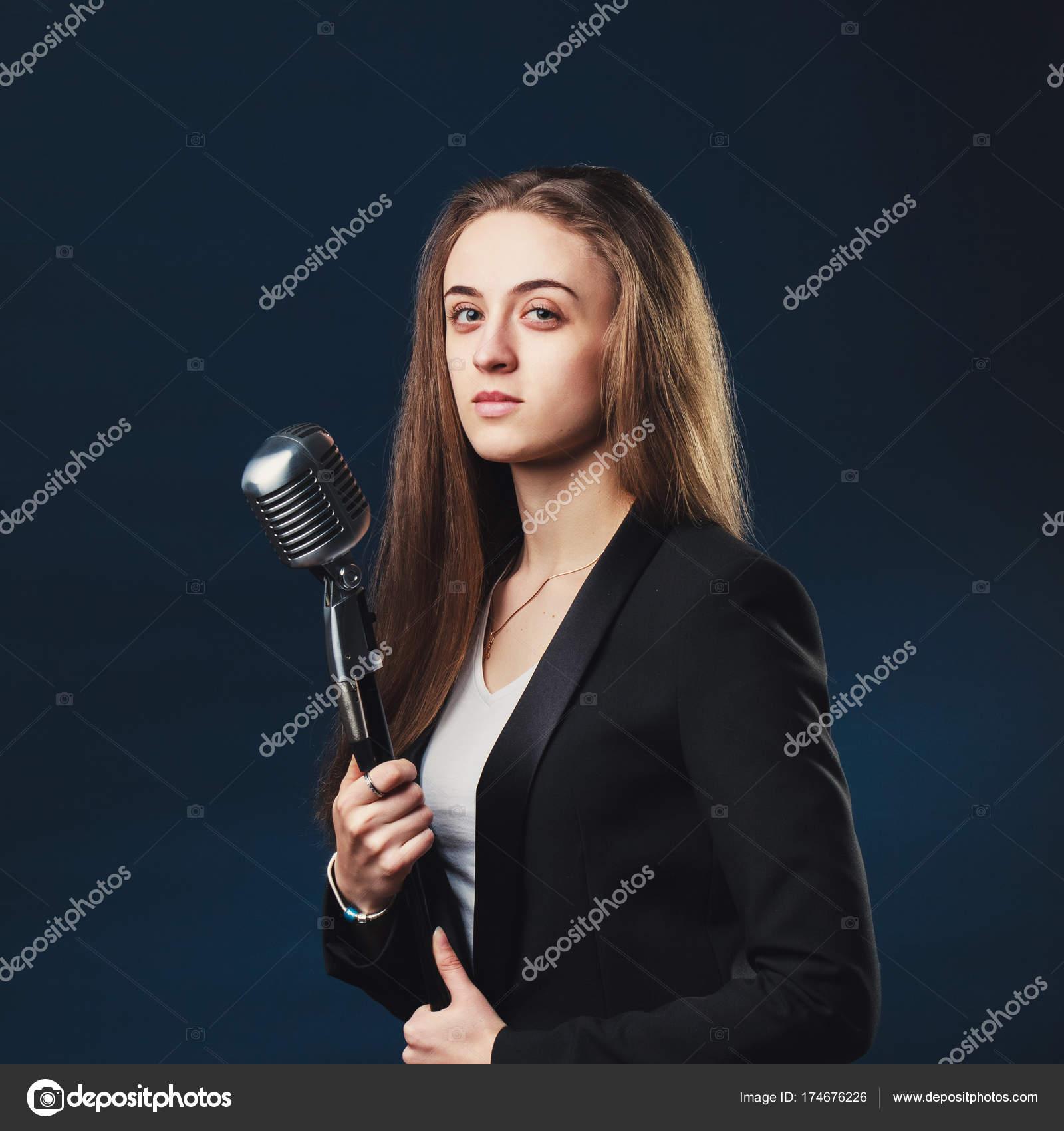 Chanteur avec cheveux long