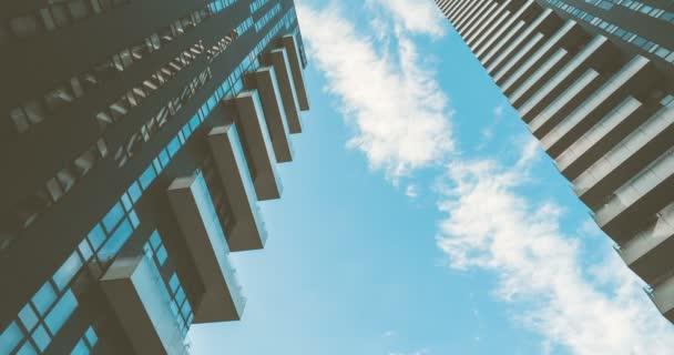 Moderne Gebäude und Wolken 4k