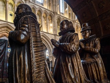 LONDON/UK - FEBRUARY 24 :Statues in Southwark Cathedral in Londo