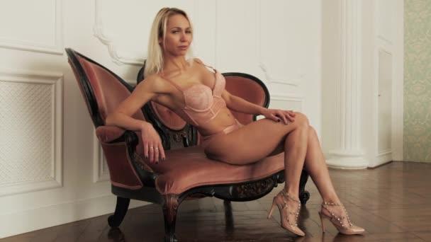 Dívka spodní prádlo pohled na kameru krása tělo zavřít žena erotika zpomalení 4K.