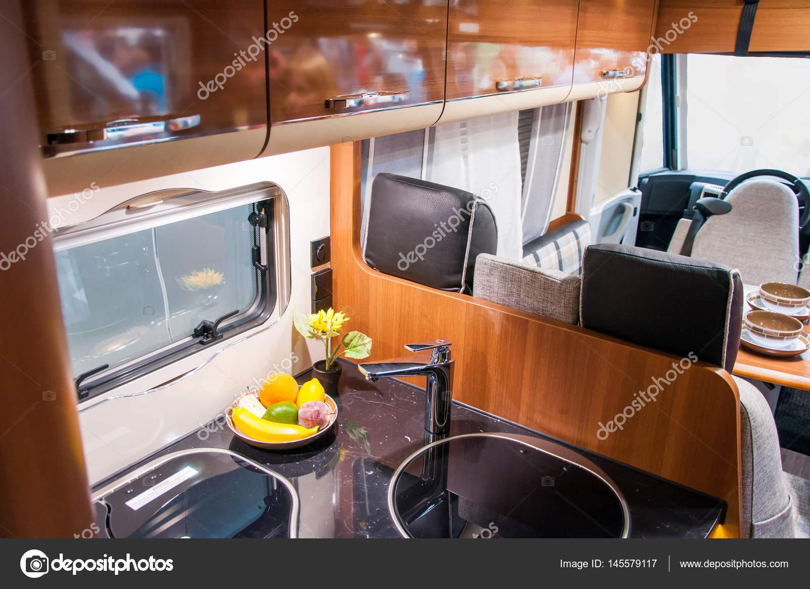 https://st3.depositphotos.com/3009117/14557/i/1600/depositphotos_145579117-stockafbeelding-interieur-van-luxe-caravan.jpg