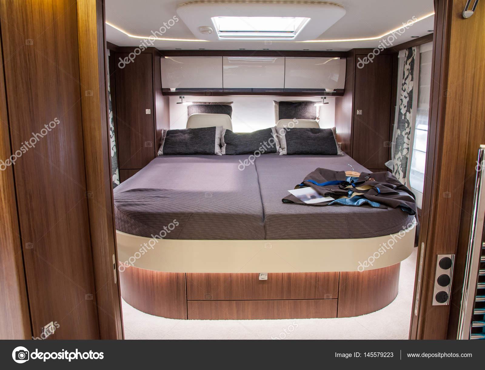 https://st3.depositphotos.com/3009117/14557/i/1600/depositphotos_145579223-stockafbeelding-interieur-van-luxe-caravan.jpg