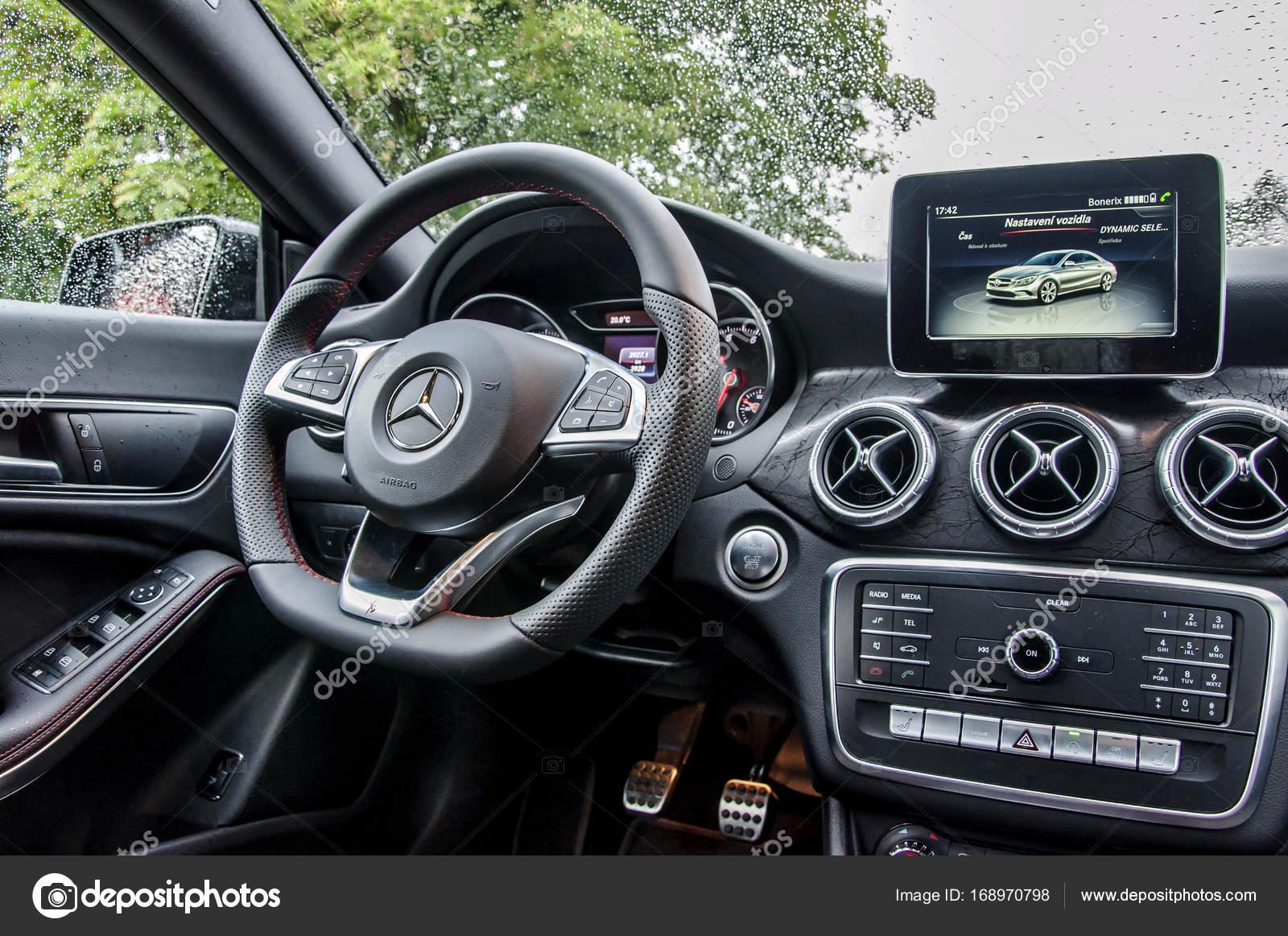 praag tsjechi 3182017 interieur van mercedes benz cla 45 amg auto interieur van luxe mercedes met dashboard en het stuurwiel foto van tadeas