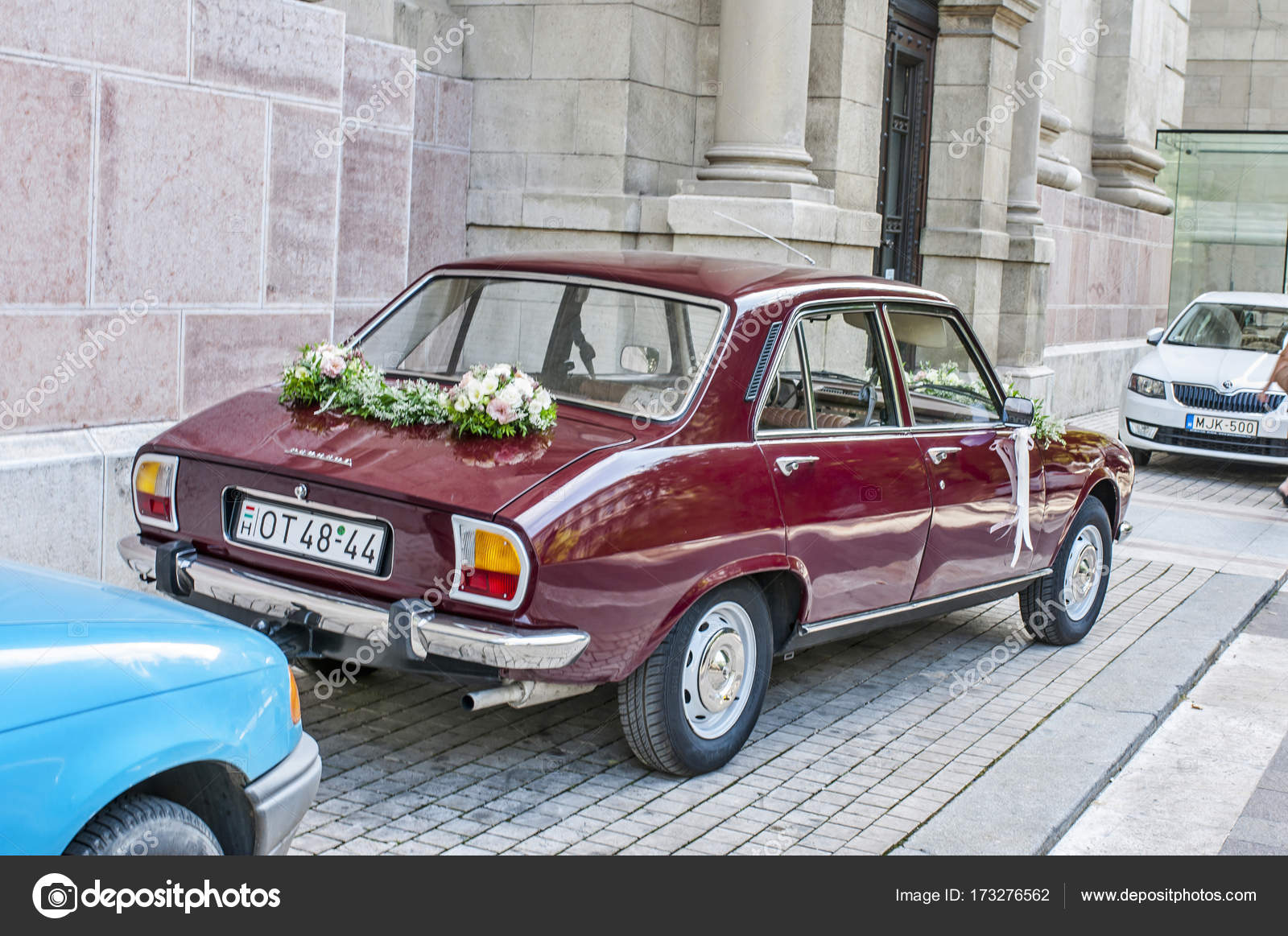 Budapest, Hungary, 25.08.2017 - Rear view of decorated wedding veteran car  Peugeot 504 with flowers. — Photo by Tadeas