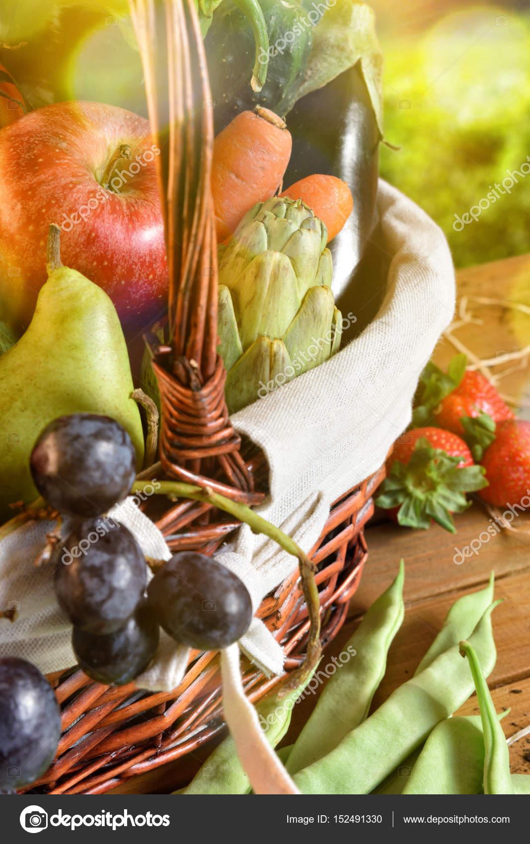 Картинки фрукты скачать. Фрукты и овощи в плетеной корзине ...