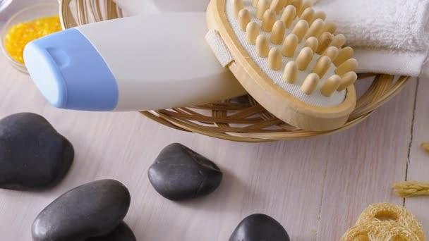 Produkty rotace pro tělové wellness a masáže na dřevěném stole