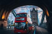 Červený dvoupatrový autobus na Tower Bridge v Londýně