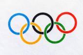 Tokio, Japonsko, leden. 20. 2020: Zavřít olympijskou vlajku