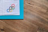 Tokio, Japonsko, leden. 20. 2020: Olympijské zázemí, olympijské kruhy, bílé pozadí