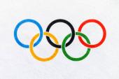 Tokio, Japonsko, leden. 20. 2020: Olympijské kruhy, bílé pozadí