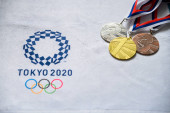Tokio, Japonsko, leden. 20. 2020: sada medailí a logo letní olympijské hry Tokio 2020