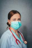 Fertőző betegségek, koronavírus elleni védelem. Női orvos visel higiénikus arc sebészeti maszkot fertőzés megelőzésére, légúti megbetegedések influenza, 2019-nCoV. Stúdió fotó fekete háttér