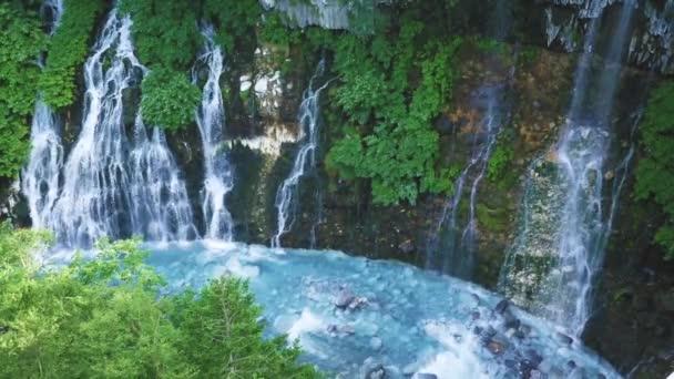 Nachází se v blízkosti známého vyhlídkového místa Shirogane horké prameny, Shirahige vodopády jsou známé pro transparentní tyrkysové vody a malebné scenérie kolem.