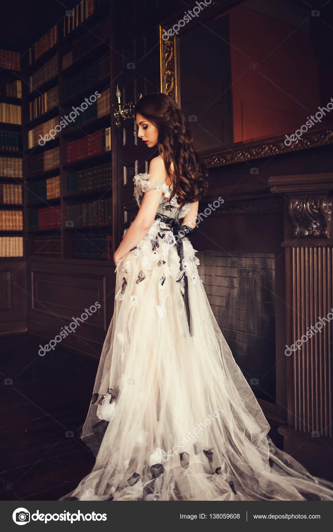 Elegante Dame Abendkleid tragen — Stockfoto © jozzeppe #138059608