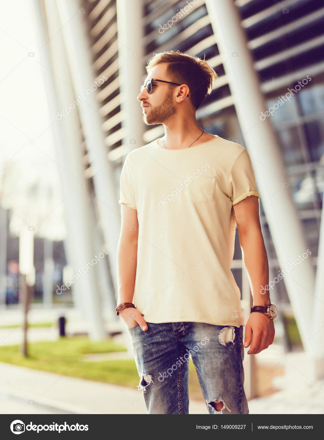 pohledný muž pózuje v roztrhané džíny — Stock Fotografie © jozzeppe ... 6b12e20574