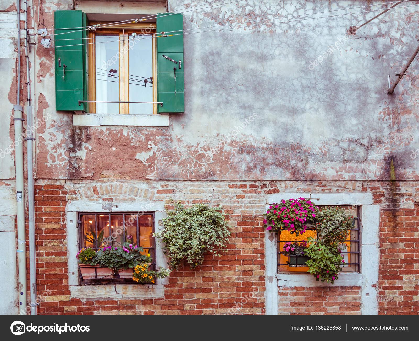 Pintorescas ventanas con persianas y flores en venecia for Ventanas con persianas incorporadas