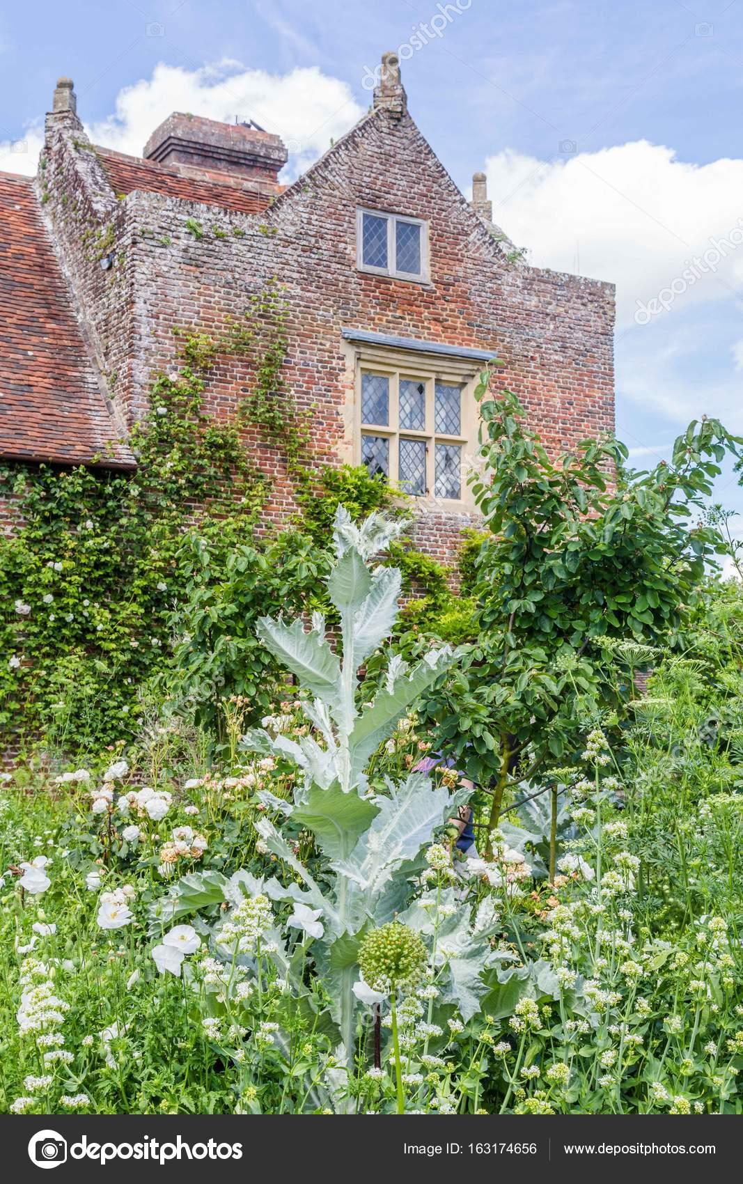 Bunte britische Schlossgarten im Frühjahr in Sussex, England ...