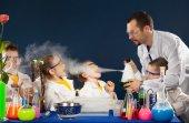 Fotografia Bambini felici con scienziato fa esperimenti in laboratorio