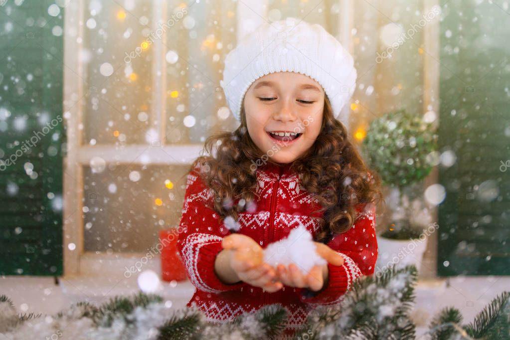 Muchacha del niño feliz extiende su mano para coger los copos de nieve  cayendo — Fotos db4a3fa6183