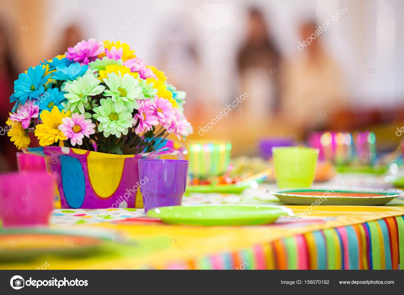 Decorazioni Da Tavolo Per Compleanno : Che serve il tavolo colorato con decorazione per il compleanno del